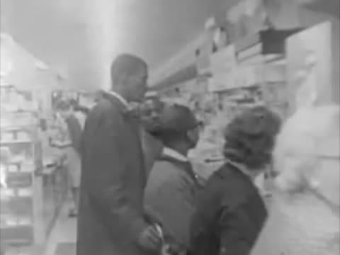 vidéos et rushes de the sit in movement which was a civil disobedience strategy to call the attention against racism and other social injustices the african american... - authenticité