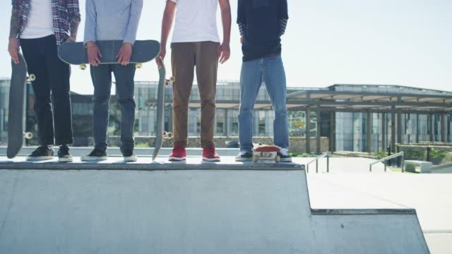 stockvideo's en b-roll-footage met het skatepark voelt als thuis - skateboardpark