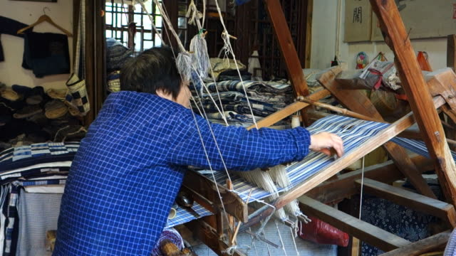 the skill of making textiles by hand is still used in some ancient towns in southern china such as zhouzhuang wuzhen and xitang - 技能点の映像素材/bロール