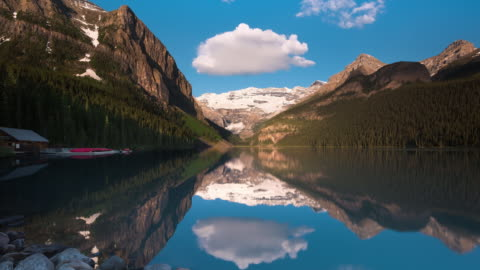 ws t/l the sky is reflected on lake louise at sunrise - banff nationalpark stock-videos und b-roll-filmmaterial