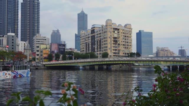die skyline in kaohsiung, taiwan - sehenswürdigkeit stock-videos und b-roll-filmmaterial