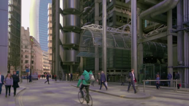 vidéos et rushes de the skyscrapers aviva tower, the leadenhall building, and the lloyd's of london in the city of london. - culture britannique