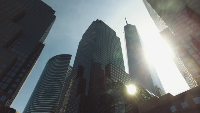 vídeos de stock, filmes e b-roll de os arranha-céus da cidade de ny: one world trade center - distrito financeiro