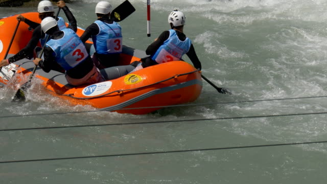the slovak men's under 19 rafting team in the slalom competition on the dora baltea river during world rafting championship on 23 july 2018, ivrea - world rafting championship video stock e b–roll