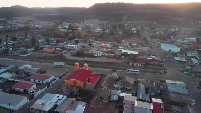vídeos y material grabado en eventos de stock de la pequeña ciudad de san juanito, chihuahua méxico, sierra madres en la región del cañón del cobre, sun rise drone footage, ciudad turística, contaminación del aire - zona urbana