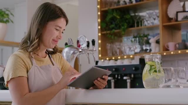 vídeos de stock e filmes b-roll de the smart way to reach an audience of coffee lovers - empregada de mesa