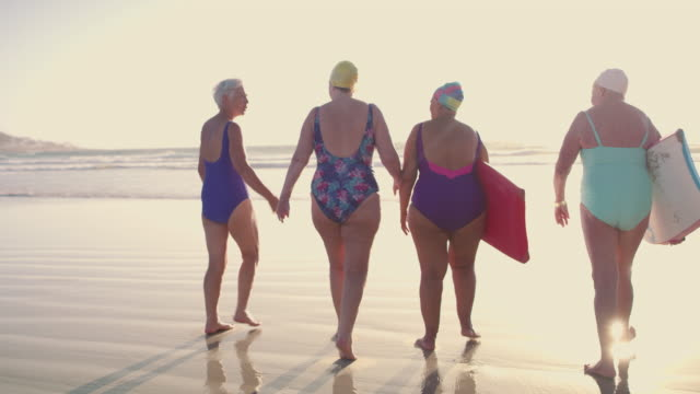 vídeos de stock e filmes b-roll de the smell of the ocean never gets old - amizade feminina