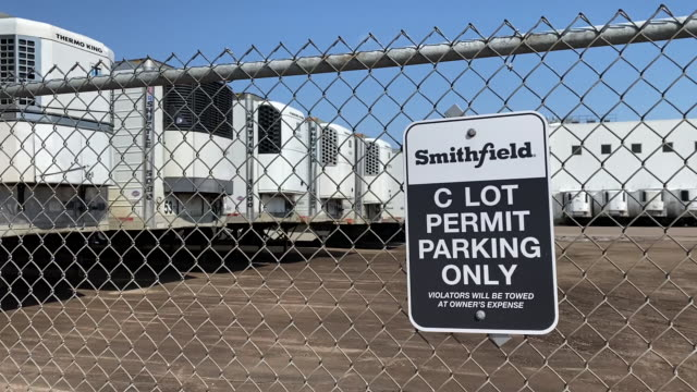 the smithfield food parking lot is empty in sioux falls, south dakota, usa on wednesday, april 15, 2020 after dozens of employees tested positive for... - 食品工場点の映像素材/bロール