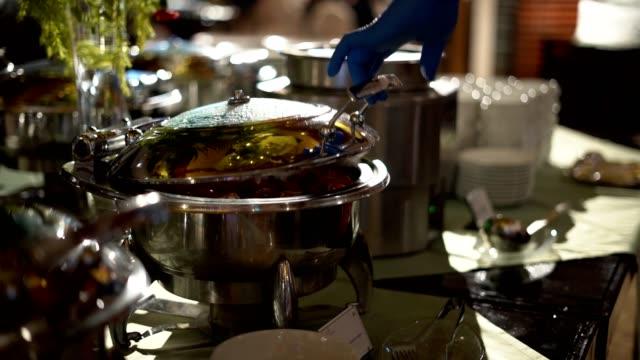 vídeos y material grabado en eventos de stock de el humo del hervor después de abrir los alimentos - ollas y cacerolas