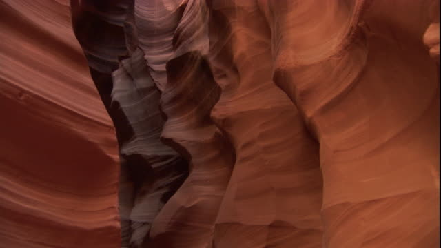 vídeos y material grabado en eventos de stock de the smooth undulating walls of a narrow slot canyon, utah. available in hd. - arenisca