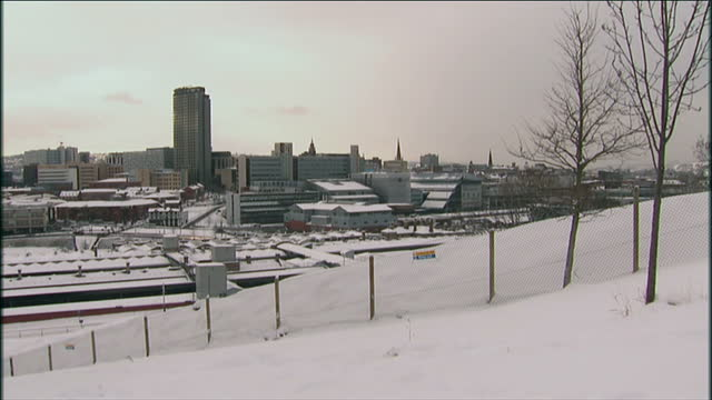 vídeos de stock, filmes e b-roll de the snow has caused havoc in small communities up and down the country but some larger cities have been suffering as well sheffield struggling with... - sheffield