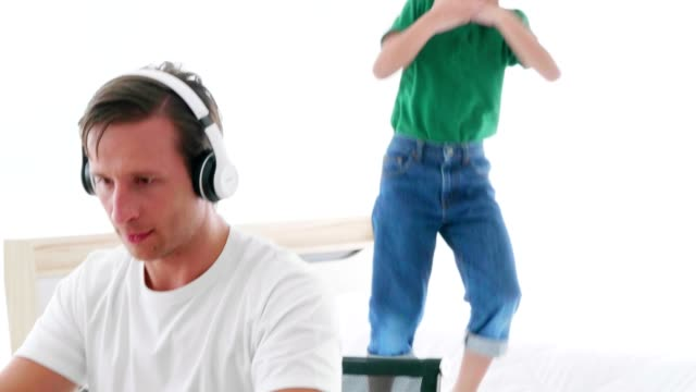 vidéos et rushes de le fils a harcelé son père alors qu'il travaillait - son