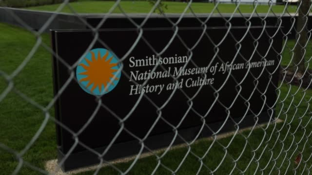 vídeos de stock, filmes e b-roll de the soontobeopened smithsonian national museum of african american history and culture is seen behind a fence september 1 2016 in washingotn dc the... - smithsonian institution