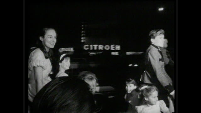 stockvideo's en b-roll-footage met the sound of music hollywood premiere p2 julie andrews and the cast from the movie - 1965