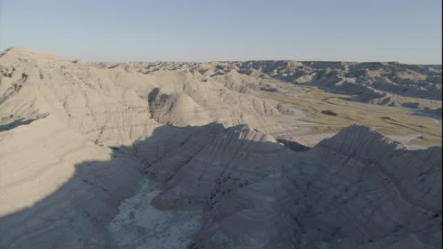 the south dakota badlands stretch across vast grasslands. available in hd. - south dakota stock-videos und b-roll-filmmaterial