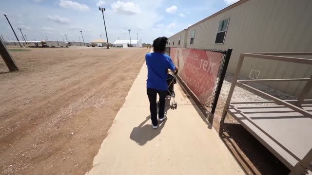 vídeos de stock, filmes e b-roll de the south texas residential family center in dilley texas is the largest immigrant detention center in the united states and is intended to detain... - controle de passaporte
