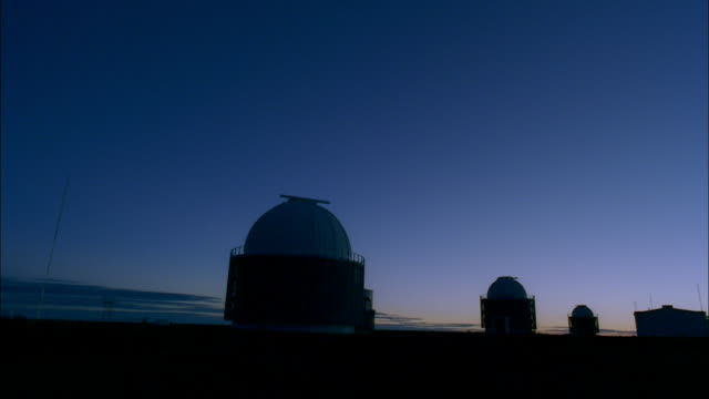 stockvideo's en b-roll-footage met the southern african large telescope in silhouette at sunrise, sutherland, south africa. available in hd. - astronomietelescoop