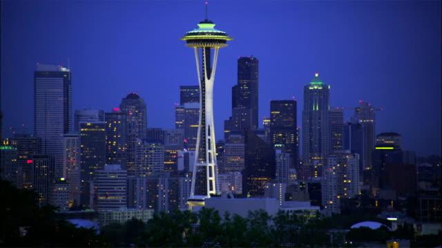 vídeos de stock e filmes b-roll de the space needle dominates the nighttime seattle skyline. - space needle