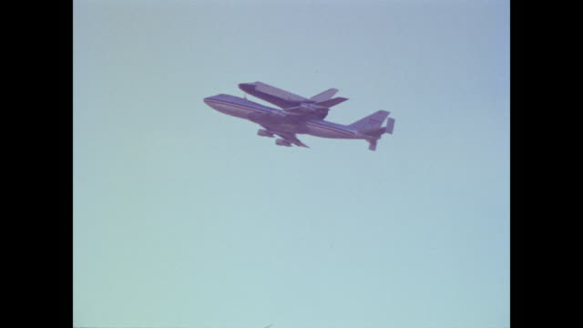 vídeos de stock e filmes b-roll de the space shuttle enterprise takes off as ground crews mill about and press record the action with video cameras - 1977