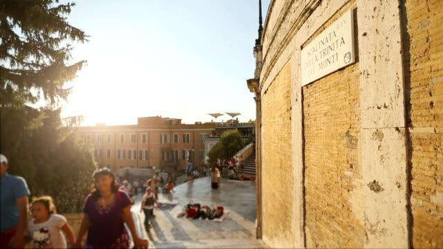 the spanish steps at trinità dei monti in rome - 史跡めぐり点の映像素材/bロール