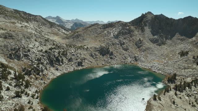 vídeos de stock e filmes b-roll de the sparkling alpine waters of chief lake and silver pass lake in the john muir wilderness area of the sierra nevadas, california. - sierra nevada da califórnia