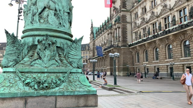 the spectacular flagpole column in rathausmarkt square, in front of the hamburg town hall (rathaus), the seat of the state parliament - rathaus hamburg stock-videos und b-roll-filmmaterial