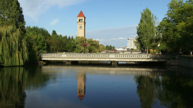 the spokane river flows through riverfront park in spokane, washington - turmuhr stock-videos und b-roll-filmmaterial