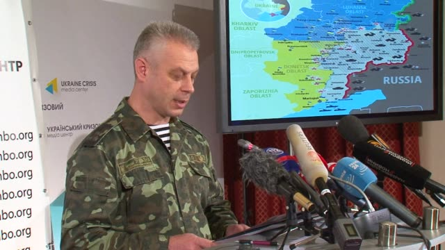 vídeos de stock e filmes b-roll de the spokesman for ukraines national security council andriy lysenko said saturday during a press conference that ukrainian troops should soon receive... - porta voz masculino