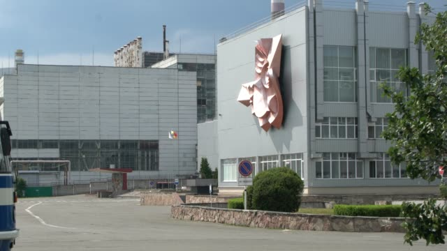 the square and the monument in front of the headquarter of the chernobyl nuclear power plant, chernobyl, ukraine - ウクライナ点の映像素材/bロール