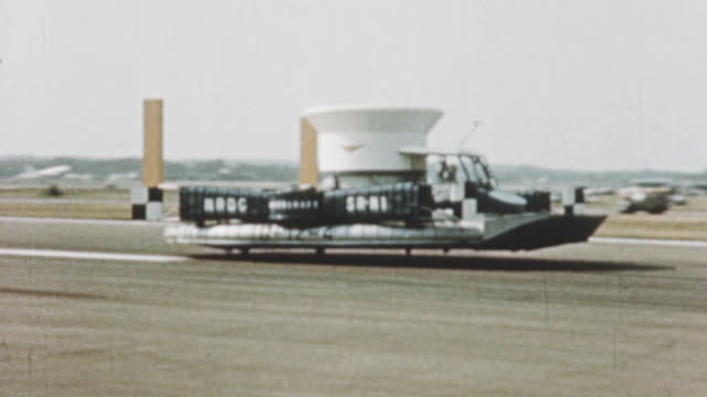 vidéos et rushes de 1960 montage the sr.n1 hovercraft demonstrating its capabilities at the 1960 airshow / farnborough, hampshire, england - véhicule amphibie