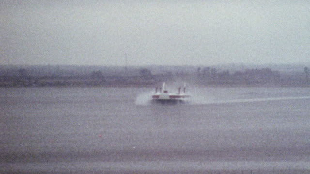 vidéos et rushes de 1969 ws the sr.n4 hovercraft hovering over pegwell bay on its maiden voyage across the channel / kent, england - véhicule amphibie