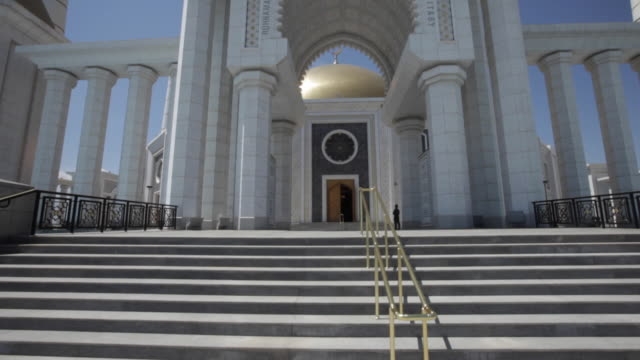 the stairs in front of the turkmenbashi ruhy mosque or gypjak mosque, ashgabat, turkmenistan - 建築上の特徴 アーチ点の映像素材/bロール