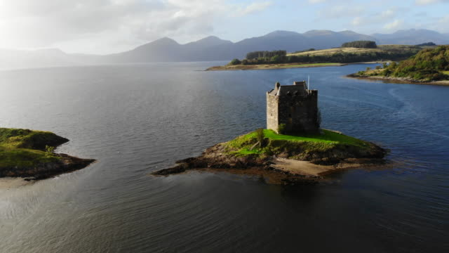 the stalker castle on island in the middle of the sea in scotland. - schottisches hochland stock-videos und b-roll-filmmaterial