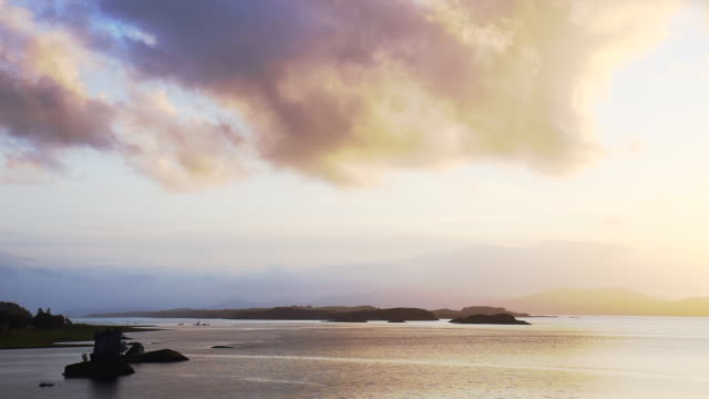 vidéos et rushes de the stalker castle on island with romantic sky in the middle of the sea in scotland. - highlands écossaises
