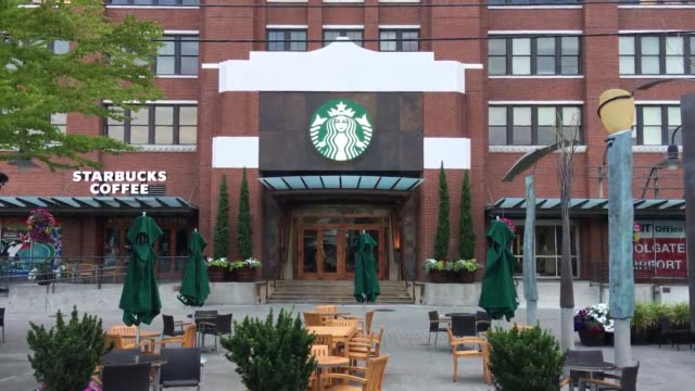 the starbucks headquarters has removed styrofoam coffee cups placed by protestors. protesters hung 8,181 disposable paper cups outside of starbucks... - ポリスチレン点の映像素材/bロール