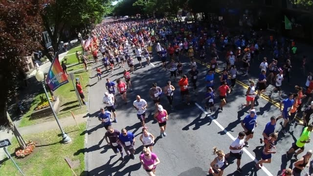 the starting gun sounds and thousands of runners head out from the start the firecracker 4 on july 4th in saratoga springs - salmini 個影片檔及 b 捲影像