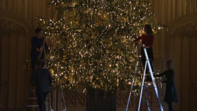 vídeos de stock e filmes b-roll de the state apartments at windsor castle are decorated for christmas at windsor castle on november 23, 2017 in windsor, england. - realeza