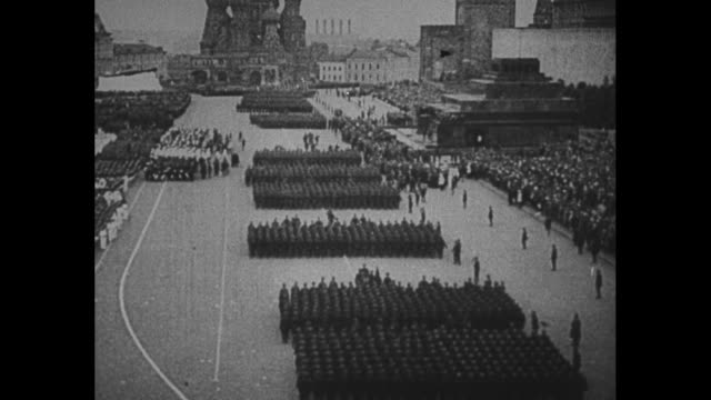 ws ext the state historical museum / tiltdown shot red army personnel march through red square with saint basil's cathedral in background / tanks... - ex unione sovietica video stock e b–roll