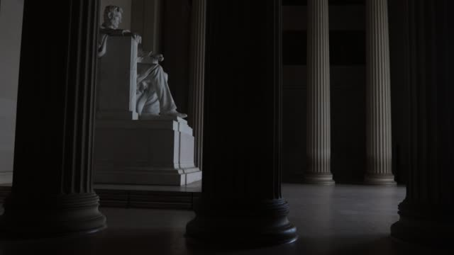 vídeos de stock, filmes e b-roll de the statue of abraham lincoln sits in a quiet lincoln memorial april 1 2020 in washington dc the district of columbia has joined other states and... - maryland estado