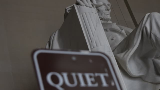 vidéos et rushes de the statue of abraham lincoln sits in a quiet lincoln memorial april 1 2020 in washington dc the district of columbia has joined other states and... - maryland état