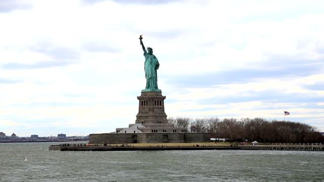 stockvideo's en b-roll-footage met het vrijheidsbeeld in new york city - standbeeld