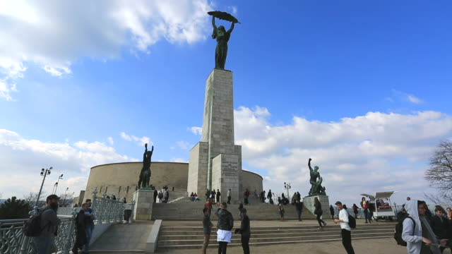 vídeos y material grabado en eventos de stock de the statue of liberty on gellért hill, budapest city, hungary. - budapest