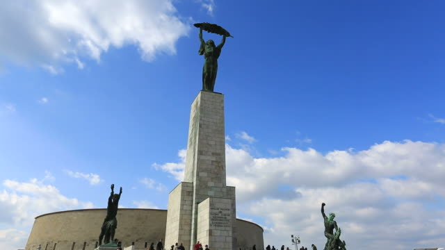 the statue of liberty on gellért hill, budapest city, hungary. - ハンガリー文化点の映像素材/bロール