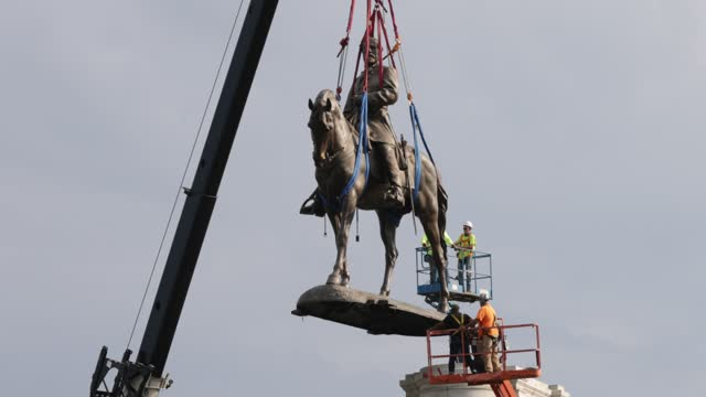 the statue of robert e. lee is lifted away from its pedestal during a removal at robert e. lee memorial september 8, 2021 in richmond, virginia. the... - virginia us state stock videos & royalty-free footage