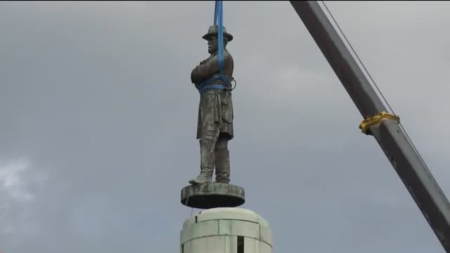 vídeos de stock e filmes b-roll de the statue of robert e lee is removed from lee circle in new orleans - estátua