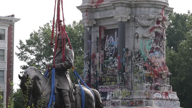 the statue of robert e. lee stands on the ground after it was lowered from its pedestal at robert e. lee memorial during a removal september 8, 2021... - virginia us state stock videos & royalty-free footage