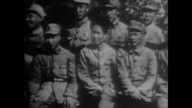the story of mao organizing farmers, leading the autumn harvest uprising and forming the people's army with zhu de told through art and photographs - mao tse tung video stock e b–roll