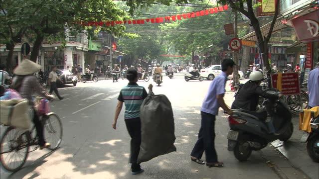 the street and a jewelery store in the city of hanoi: pan right. - västerländsk text bildbanksvideor och videomaterial från bakom kulisserna