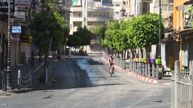 vídeos de stock, filmes e b-roll de the streets in the centre of ramallah lie almost empty after the palestinian authority announced a fiveday lockdown across the west bank following a... - ramallah