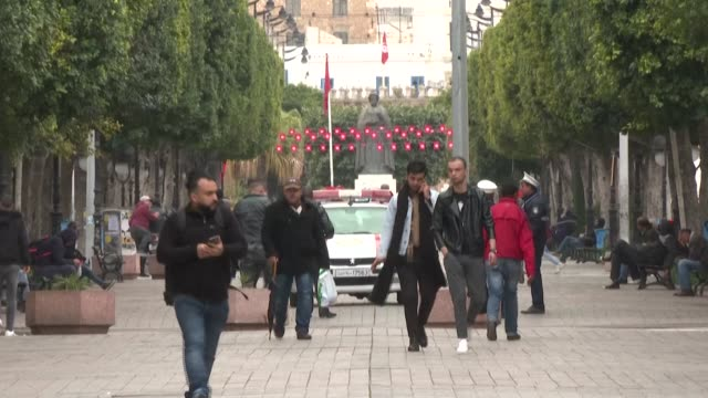 stockvideo's en b-roll-footage met the streets of downtown tunis are almost deserted after tunisian president kais saied decreed a curfew to slow the spread of the new coronavirus... - tunesië